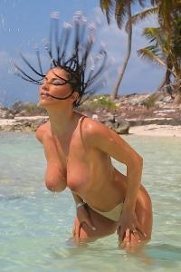 Roberta Missoni beach posing