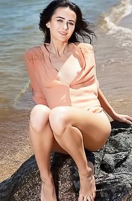 Amateur Girl Strips On The Lake
