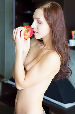 Slim babe reveals her everyday life and sex pleasures.