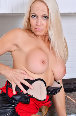 Blonde MILF Dani Dare Flashes Her Naked Ass